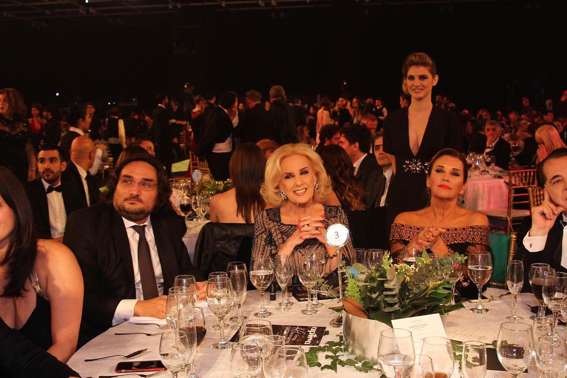 En la mesa de Mirtha Legrand, junto a su hija Marcela Tinayre, y el chairman de Endemol, Martín Kweller.
