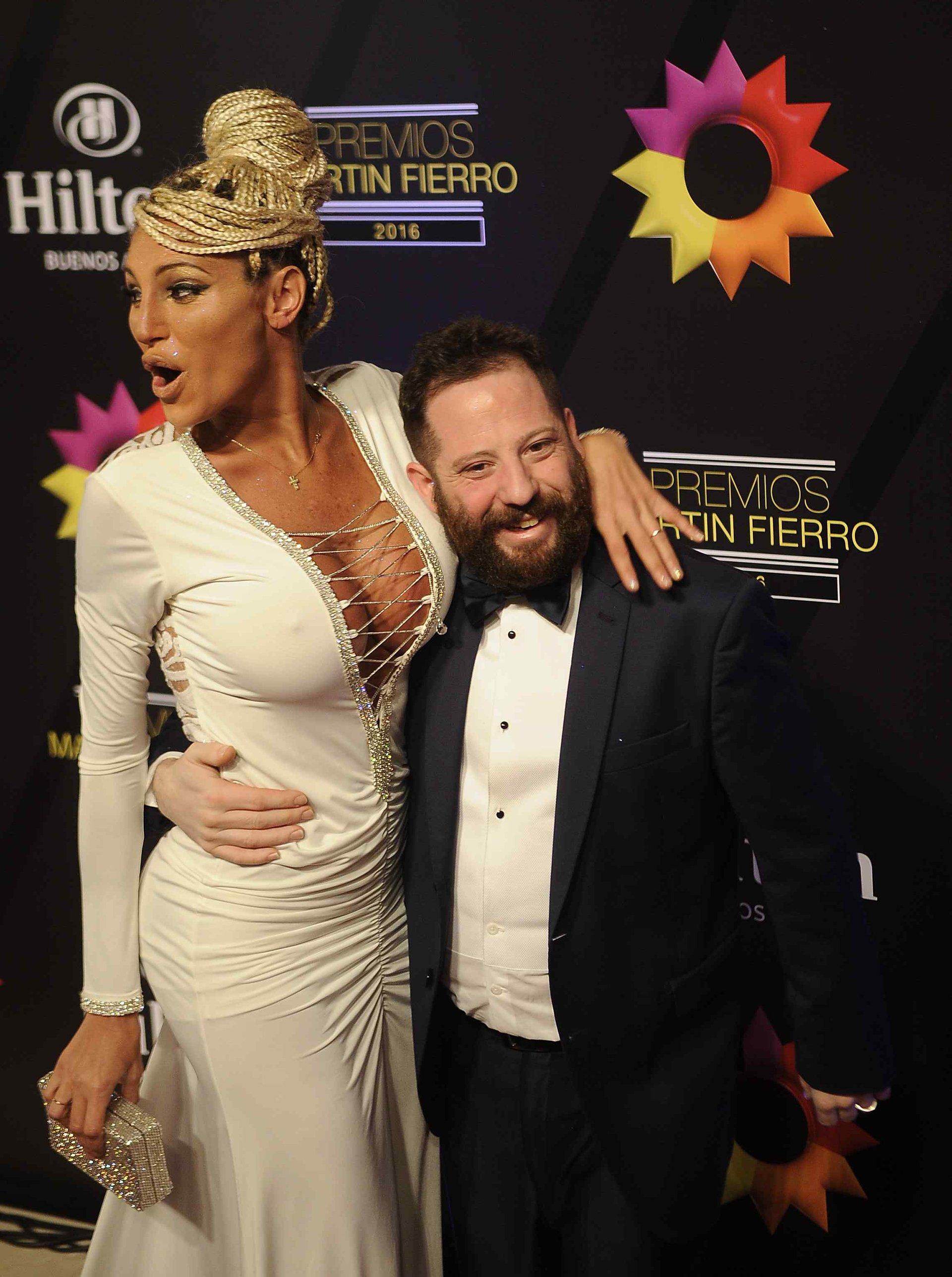 La vedette Vicky Xipolitakis y el diputado kirchnerista José Ottavis, la pareja que más llamó la atención en la noche de los Martín Fierro 2016.