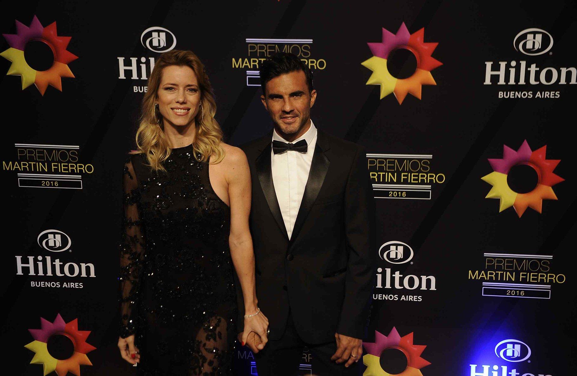 La modelo Nicole Neumann y el futbolista y capitán de Vélez Sarsfield Fabián Cubero, otros de los invitados en la noche de los Martín Fierro