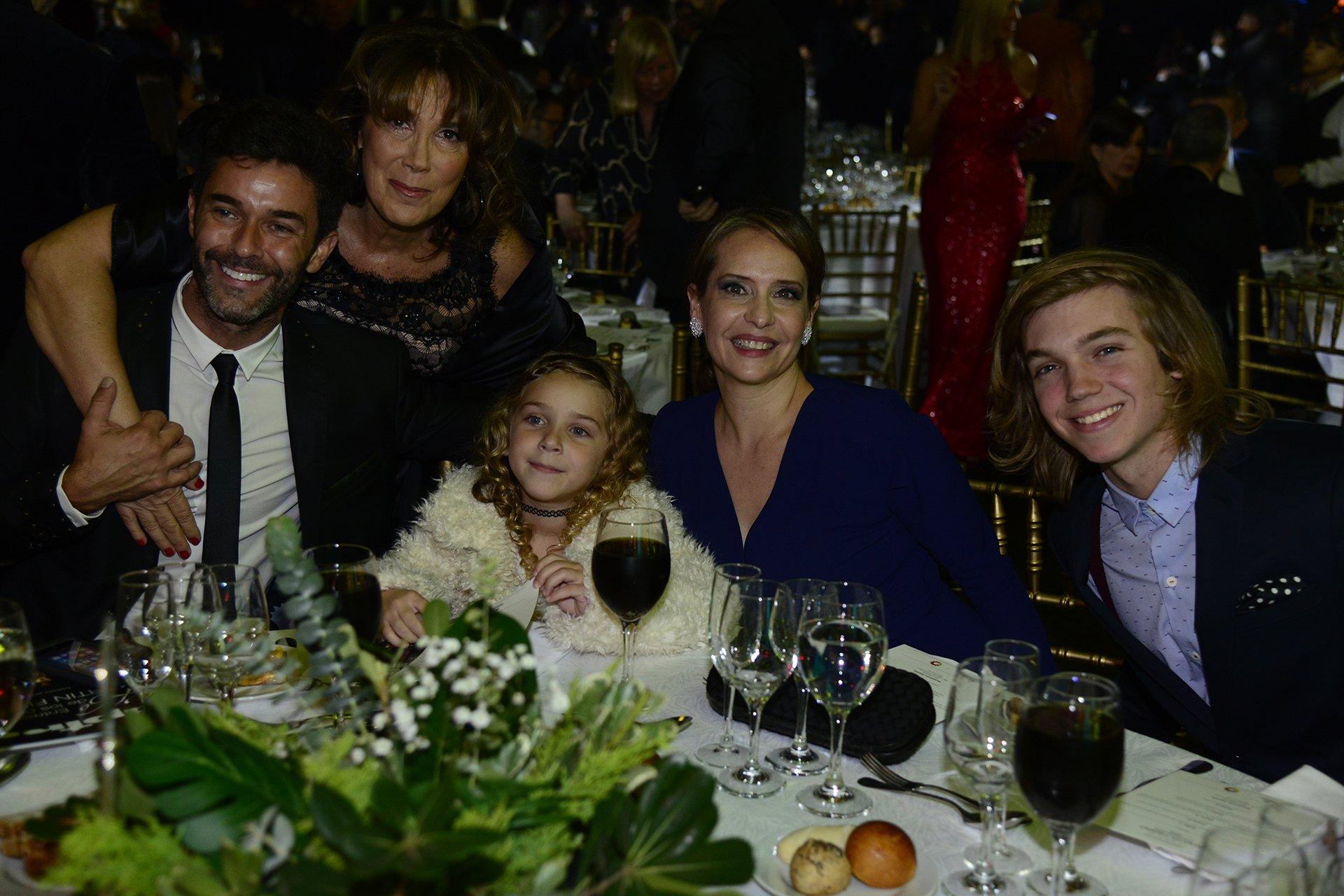 Mariano Martínez junto a su hija Olivia, Gabriela Toscano y Franco Massini, en la noche de los Martín Fierro 2016
