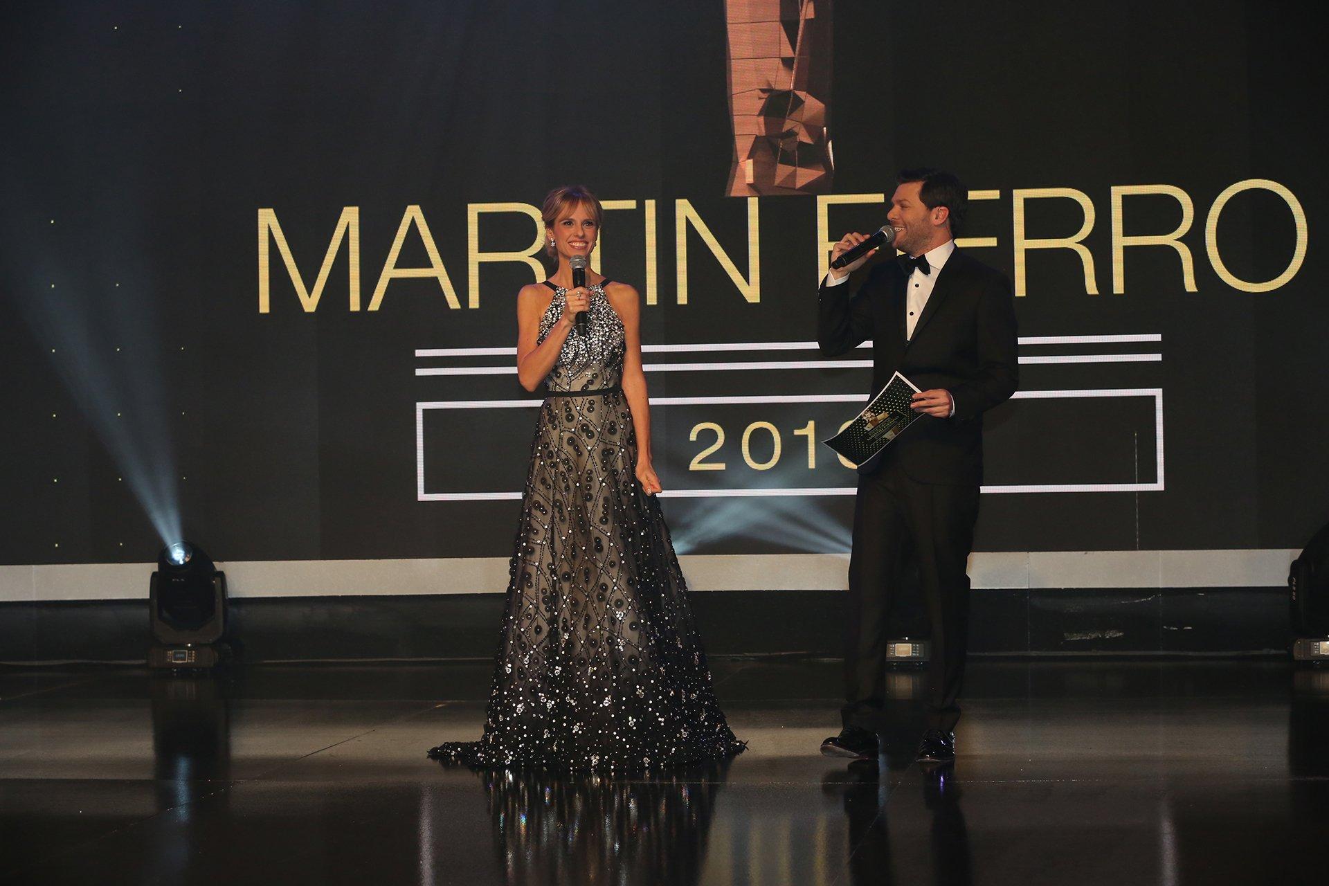 Mariana Fabbiani y Guido Kaczka, los conductores de la noche del Martín Fierro, la fiesta más importante de la televisión argentina.