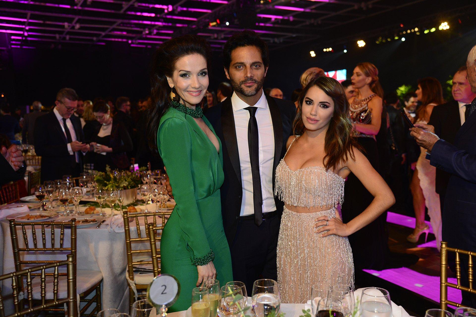 La cantante y actriz Natalia Oreiro, el actor Joaquín Furriel, compañeros de Entre Caníbales, junto a Lali Espósito.