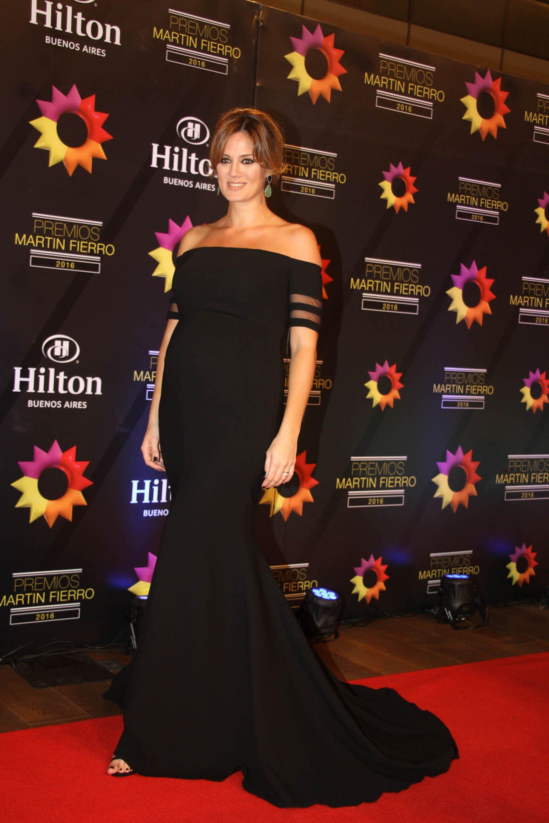 Paula Chaves, la modelo y esposa de Pedro Alfonso, luce orgullosa su segundo embarazo en la noche más importante de la televisión argentina.