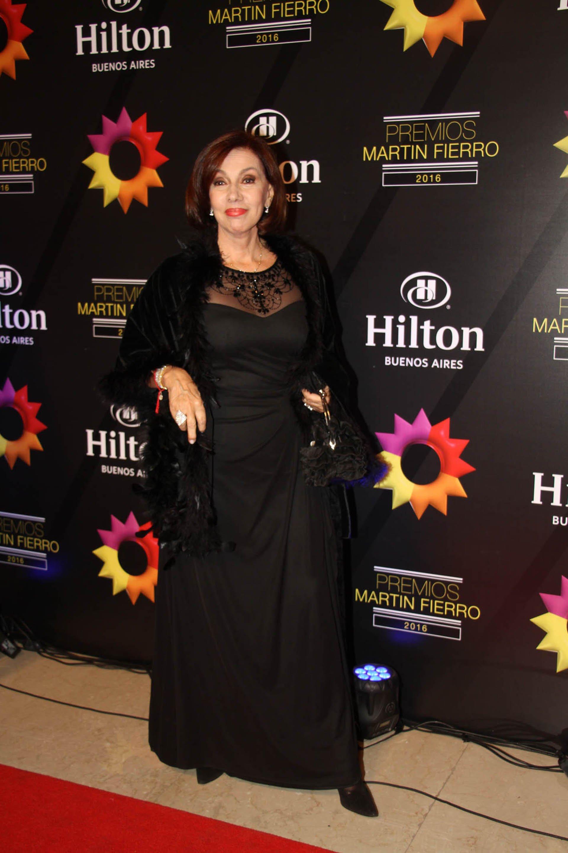 La actriz Nora Cárpena, en la noche de los Martín Fierro 2016, recibió el premio que le entregaron a su esposo Guillermo Bredeston.
