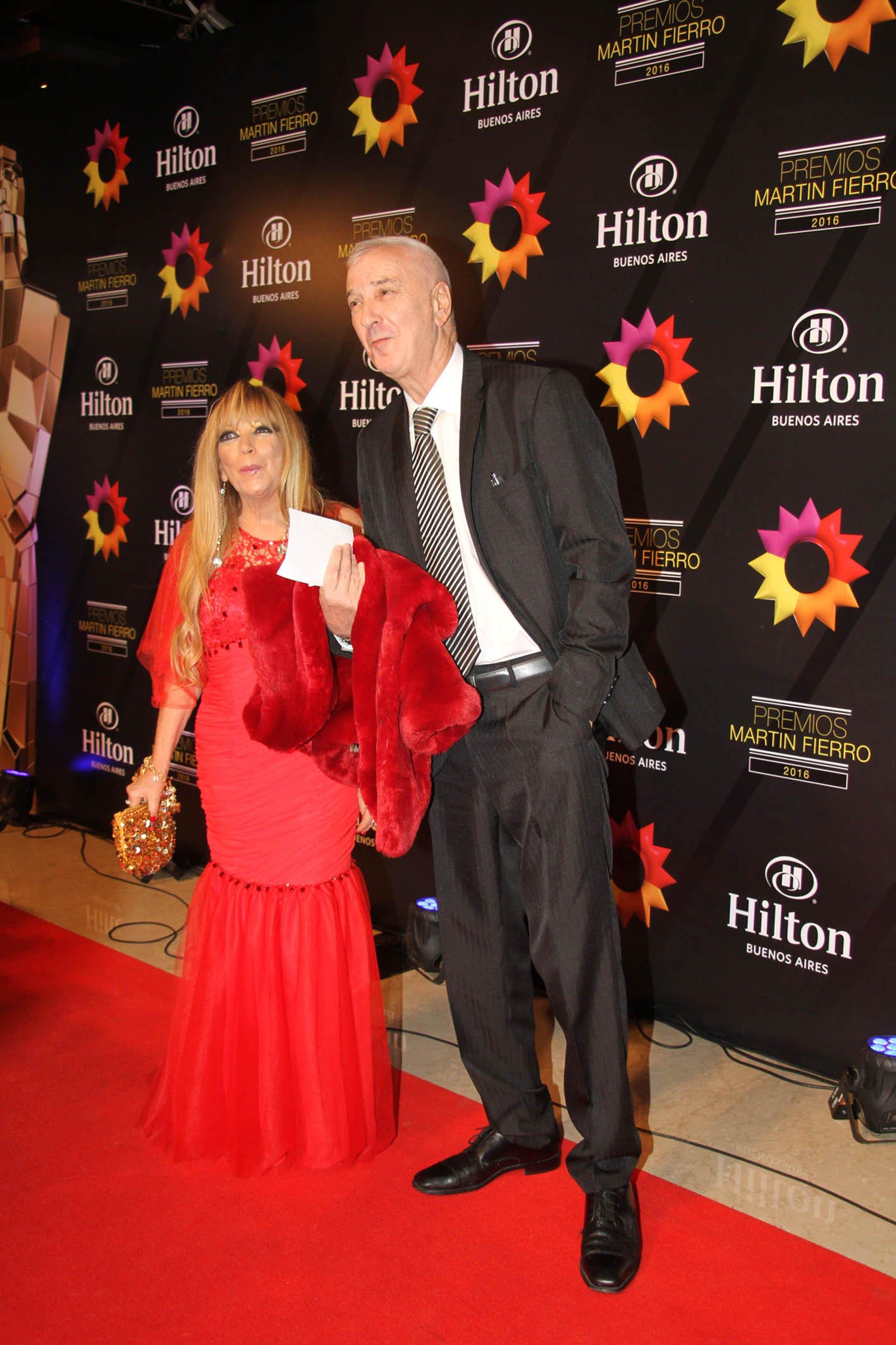 El periodista Mauro Viale junto a su mujer, la psicóloga Leonor Schwadron, también estuvieron presentes en la noche más importante para la televisión