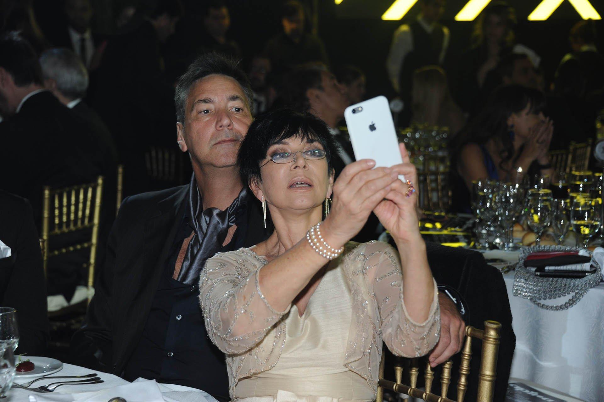 La selfie de la periodista Mónica Gutiérrez en la noche de los Martín Fierro.