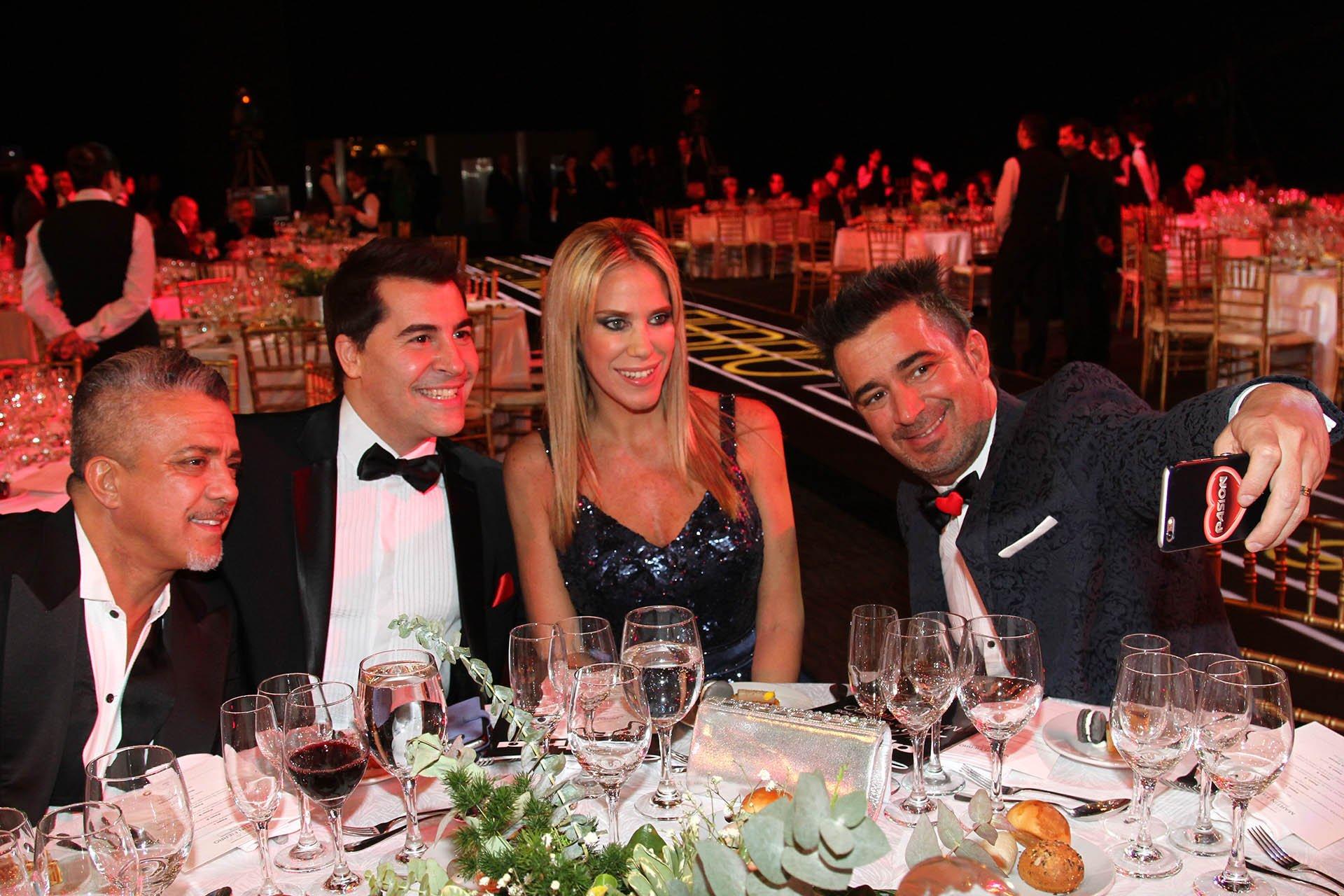 Marcela Baños junto al equipo de Pasión de Sábado en la noche más importante del mundo de la televisión
