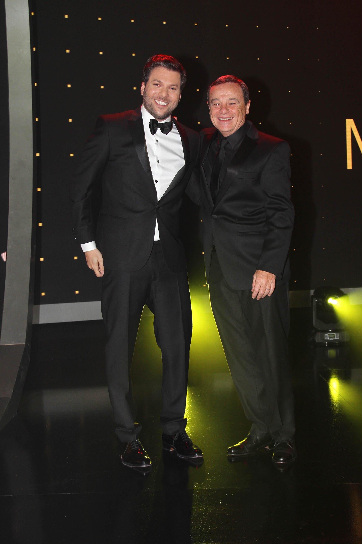 Guido Kaczka y Pablo Codevilla, felices después de una noche en la que El Trece y los 8 Escalones fueron reconocidos por APTRA