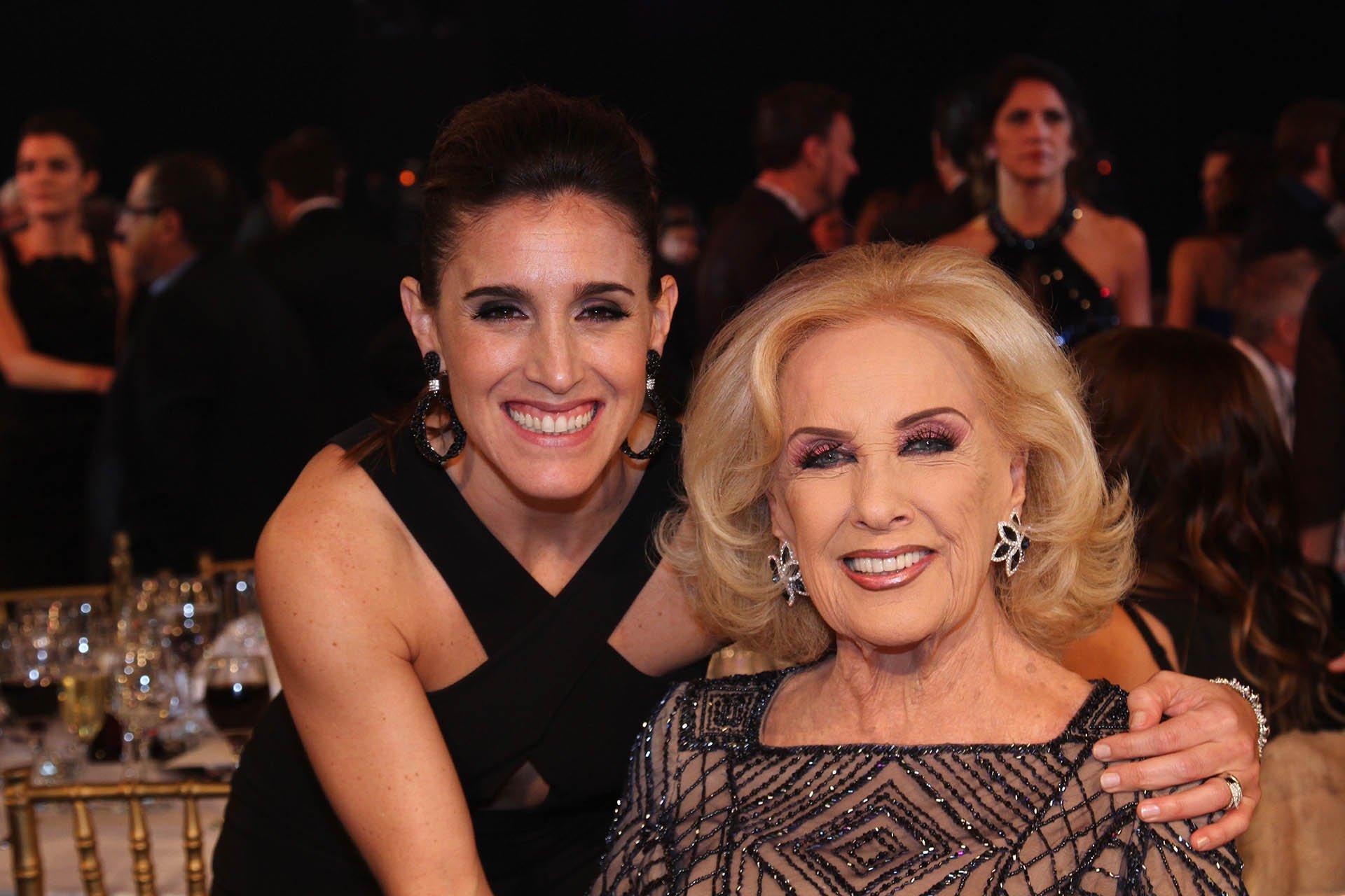 La cantante Soledad Pastorutti se sacó una foto con Mirtha Legrand, como siempre, de las divas más requeridas de la noche de los Martín Fierro.