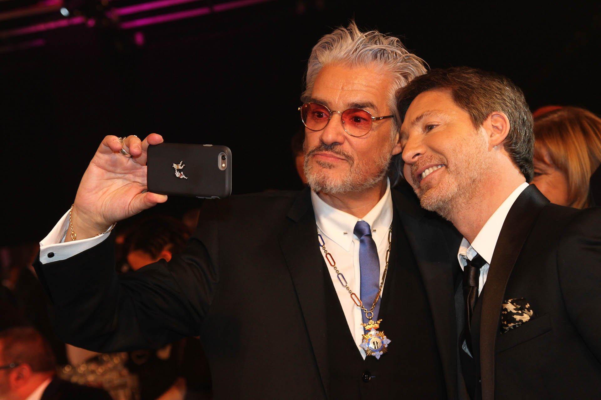 El conductor radial Roberto Pettinato y el actor y director Adrián Suar, otros que no se perdieron la oportunidad de una selfie para el recuerdo de los Martín Fierro 2016