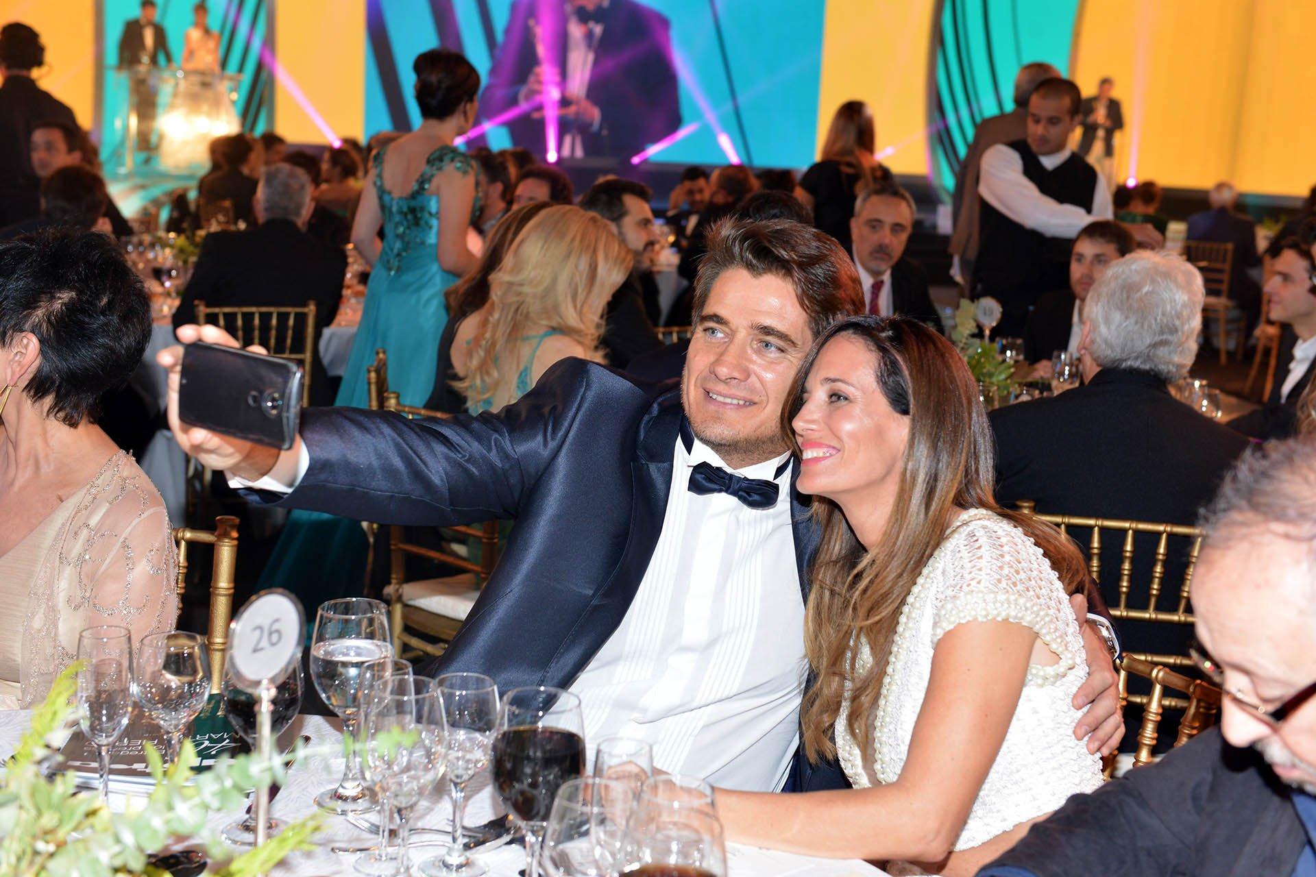 El periodista Guillermo Andino y su esposa Carolina Prat se sacan una selfie en la noche de los Martín Fierro.