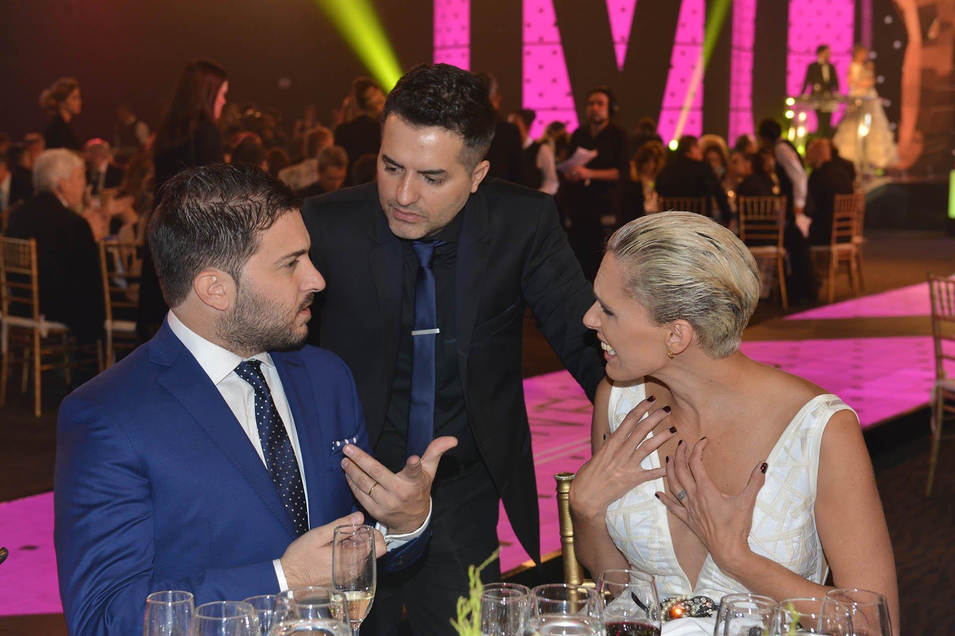 Los periodistas Diego Brancatelli y Ángel De Brito junto a la modelo y conductora de Infama Denise Dumas