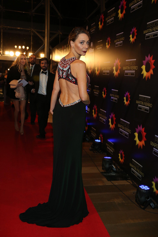 La periodista Evelyn Von Brocke lució un vestido que mostró su impactante figura en la noche de los Martín Fierro.