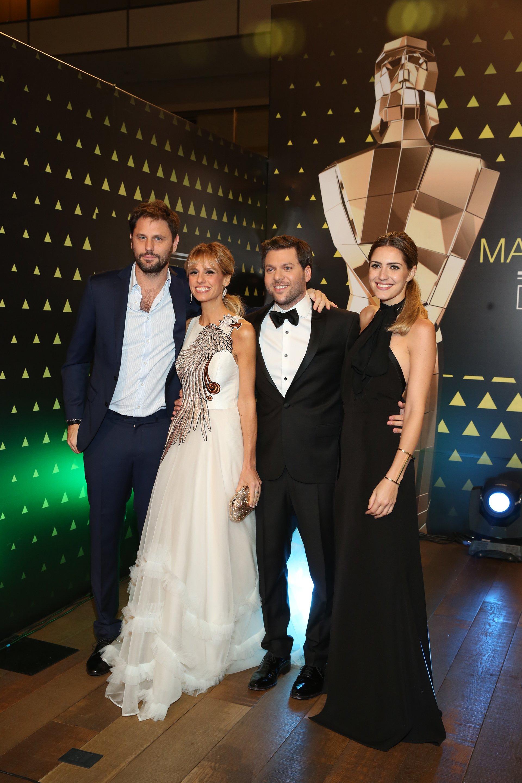 Mariana Fabbiani y su esposo y Guido Kazcka con su mujer, la foto de los dos conductores de la velada que todos los años muestra lo mejor de la televisión argentina.
