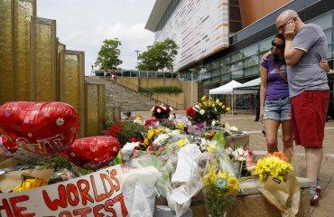 Fanáticos del boxeador más famoso de la historia y curiosos se  acercaron desde el momento de su adiós al Scottsdale Healthcare Osborn  Medical Center para dejar en sus puertas decenas de ramos de flores,  velas, cartas y recuerdos que evocaban la memoria del mito de los  cuadriláteros
